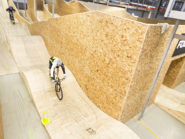 Indoor-mountainbikepark opent de deuren.