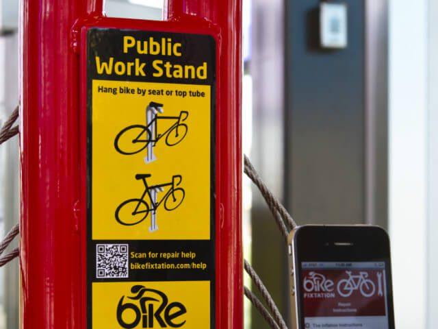 Fietsreparatiepaal voor mountainbikeroute Buytenpark